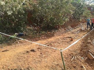 Segundo os dados que estarão no Boletim de Ocorrências, o corpo foi encontrado em um matagal no bairro de Pinheiro Chagas, em Prados, e o crânio estava amassado decorrente de pedrada.
