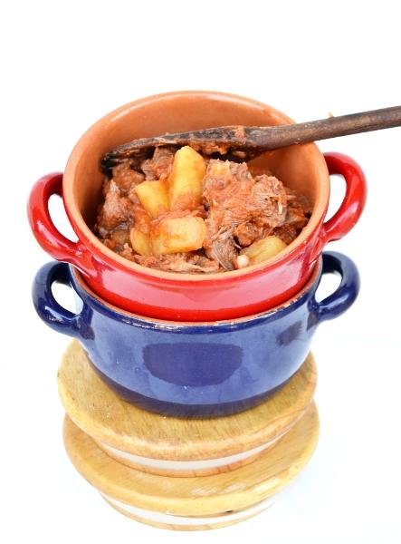 carne del brodo con patate e pomodoro