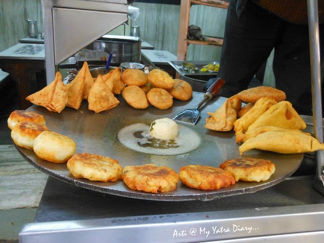 Deep fried snacks at Shri Ram Chaat Bhandar, Gheewalon ka Raasta, Jaipur food, Rajasthan