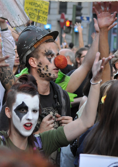 15O_jovenes_disfraz_protesta