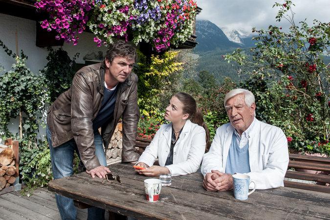 Martin (Hans Sigl, l.) und Roman (Siegfried Rauch, r.) beraten sich ...
