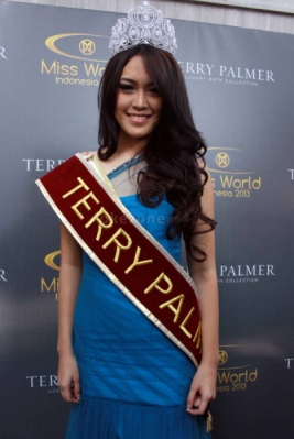 Miss World 2013 Memakai Handuk Terry Palmer