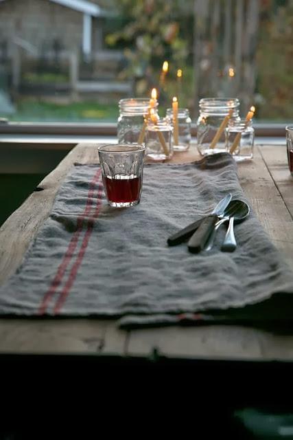 detalles lino, vaso y botes con velas
