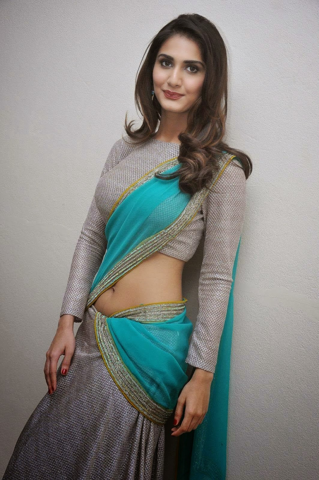 Hot Vaani Kapoor Navel Show