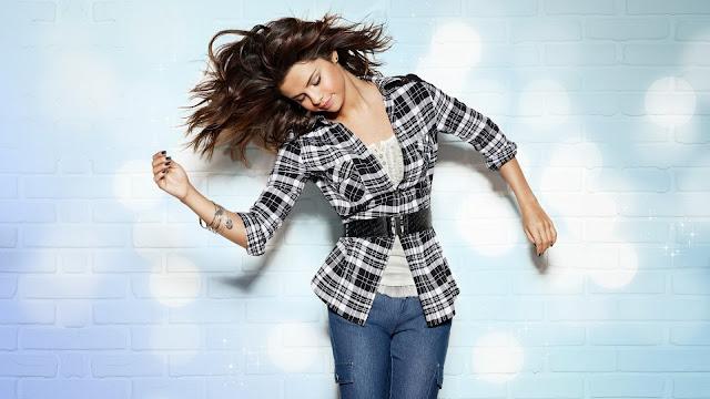 Foto de Selena Gomez con pantalones jean