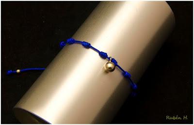 Pulsera de nudos con bola de plata en cordón azul. Joyería artesanal personalizada