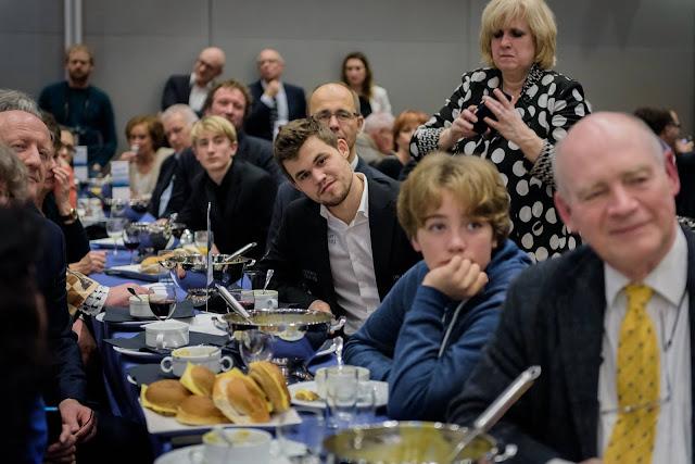 Magnus Carlsen en la tradicional ceremonia de cierre