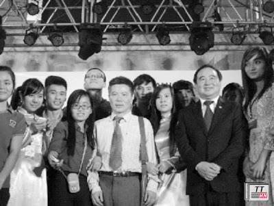 GS Ngô Bảo Châu chụp ảnh lưu niệm cùng giảng viên và sinh viên trường Nguyễn Tất Thành.
