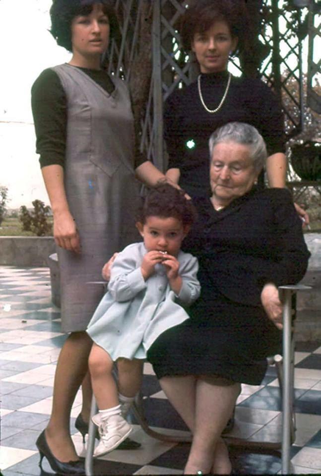 Isabel de Rodríguez Larrain con sus nietas Mary de Zapata,  Nelly de Pfucker y Cecilia Pflucker.