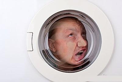 hombre atrapado en una lavadora