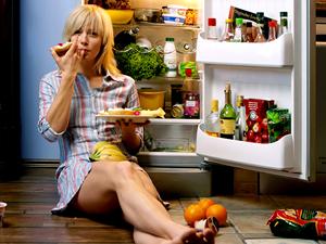 """El impulso irrefrenable de visitar la cocina que nos asalta cuando nos despertamos a medianoche tiene una explicación fisiológica. Estudios recientes sobre la relación entre la falta de sueño y el aumento del apetito concluyen que dormir mal aumenta la voracidad y el sobrepeso. El fenómeno se explica por un descenso de los niveles de leptina en paralelo a un aumento de los niveles de grelina y de otras hormonas como el cortisol. Para el epidemiólogo James Gangwisch, de la Universidad estadounidense de Columbia, este sistema de regulación podría haberse desarrollado como """"una estrategia para que los seres humanos almacenasen"""