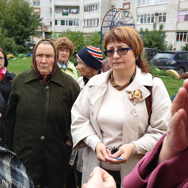Члена районной Общественной палаты Елену Кеопанич жители спросили, зачем она приехала. Люди на Птицеграде не доверяют ни одной местной структуре.