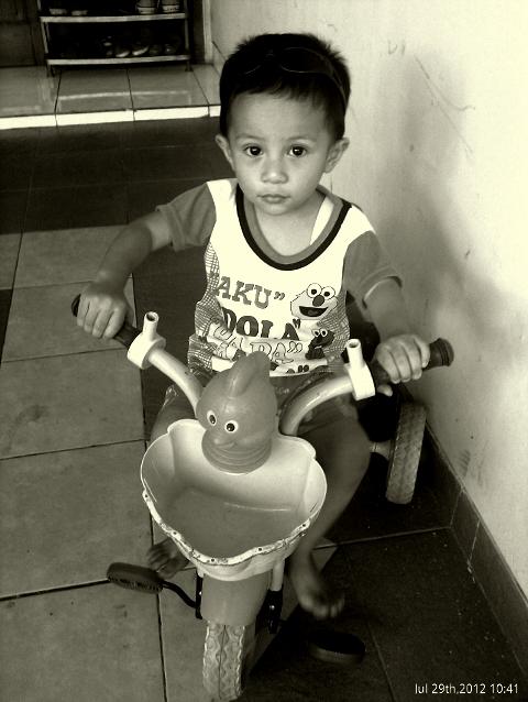Athatha-kecil naik sepeda