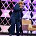 Mujer lanza zapato contra Hillary Clinton