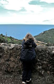 Niña con vistas al mar mediterráneo. Excursión Esporles - Banyalbufar. Sierra de Tramuntana. Malllorca
