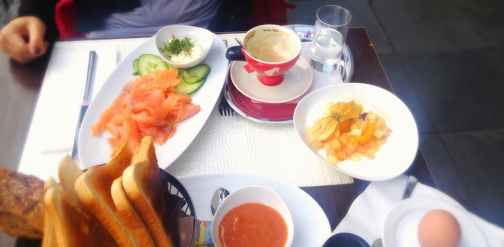 WWK - eine Hommage an die skandinavische Spezialität, die mit frischer Kresse und einem auf den Punkt weich gekochten Ei serviert wurde. Elisabeth entschied sich zusätzlich das Naturjoghurt mit frischen Früchten zu bestellen. © diekremserin