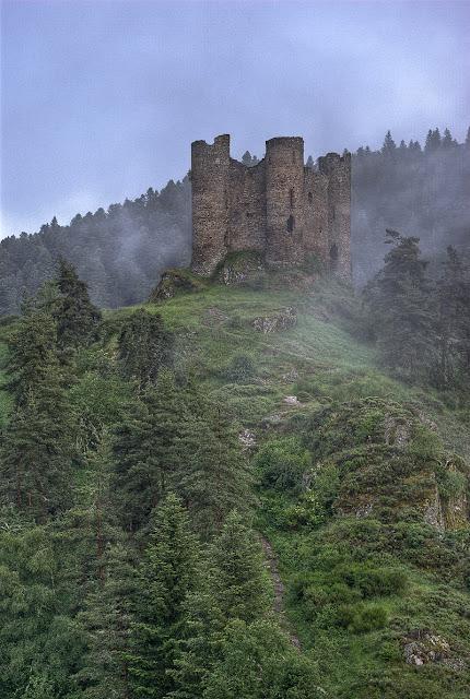 ruine château haute loire, château barrage de grandval, photo fabien monteil