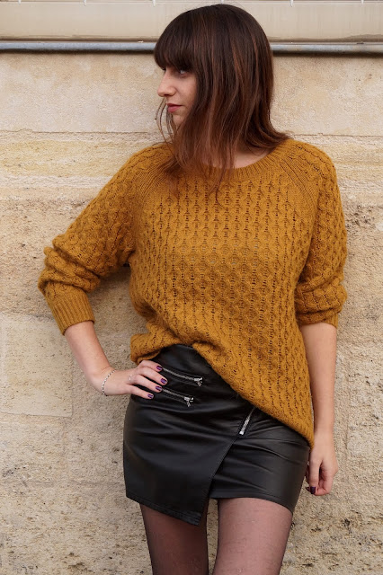 pull moutarde jupe simili cuir blog mode bordeaux