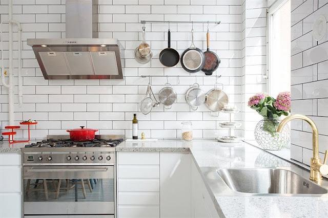 Kakel Koket Inspiration : Vit koksinredning, vitt blankt kakel och oven vitt golv De har
