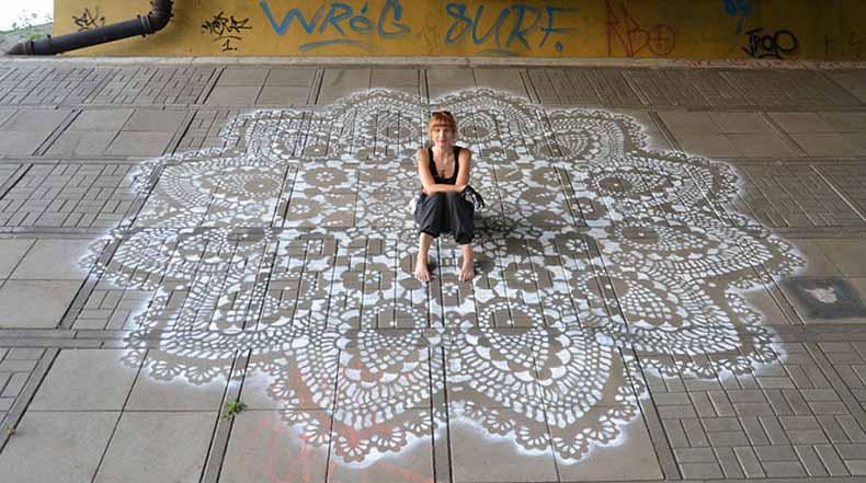 Artista cubre calles de Polonia en intrincados patrones de encaje