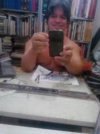 O desenhista fazendo selfie.