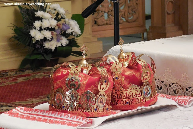 Корони у церкві, весілля