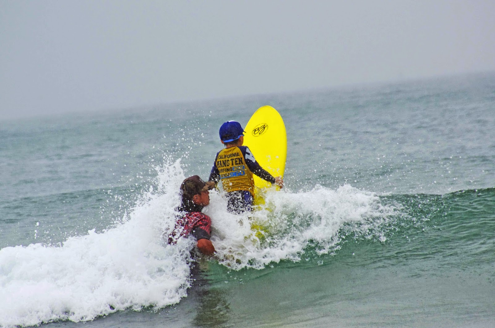 小学生がサーフィン