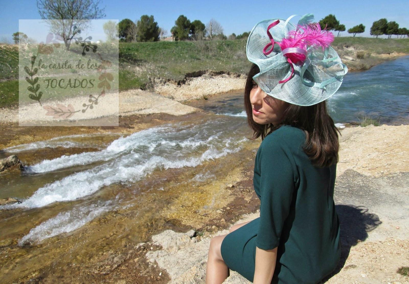 Tocado Ébora verde agua y buganvilla, combinado con vestido en verde.