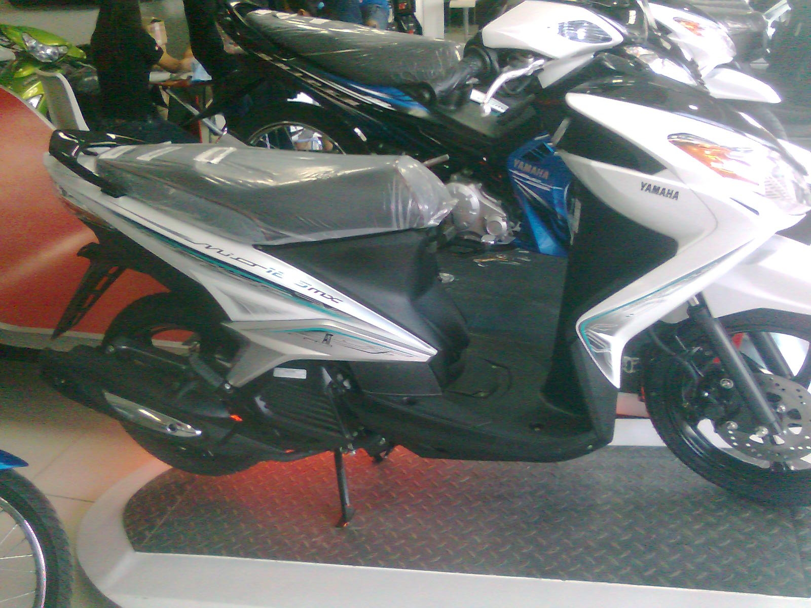 Yamaha mio 125 mx color white and black