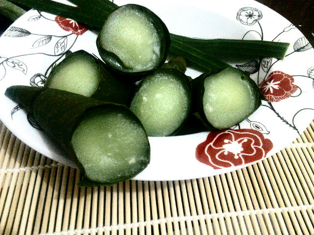 Kedua kue celout durian ada yg menyebut juga kue celorot atau kue pasu