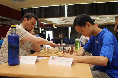 Master d'échecs ronde 4 : le grand-maître Eric Prié (2493) bat le jeune Malaisien Aron Teh Eu Wen (2283) - Photo © Chess & Strategy