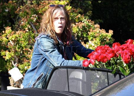Vào ngày lễ Tình nhân, 14/2, Steven Tyler đích thân tới một cửa hàng hoa ở Tây Hollwood. Sau một lúc chọn lựa, vị giám khảo American Idol mang về một bó hồng lớn.