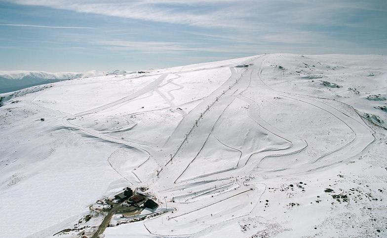 estacion de esqui nevada vista desde el cielo