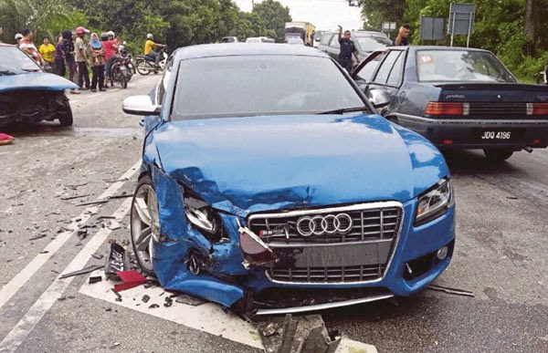 Keadaan kereta mewah Fizo Omar yang terbabit kemalangan di Kilometer 69 7 Jalan Kota Bharu Gua Musang