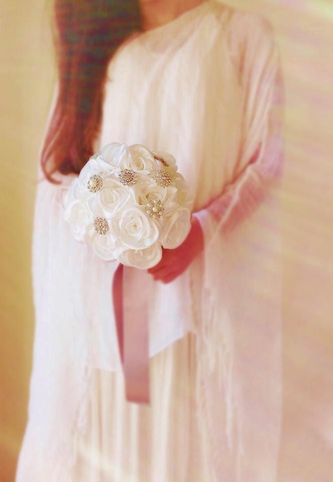 bouquet de rosas e jóias