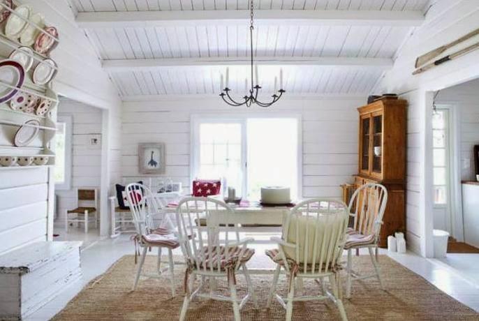 casa de verano escandinava decorada en blanco y rojo