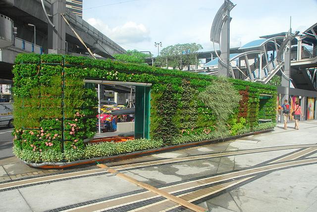 Shopping na Tailândia cria uma linda parede verde na fachada