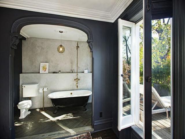Просторная ванная комната с выходом на балкон