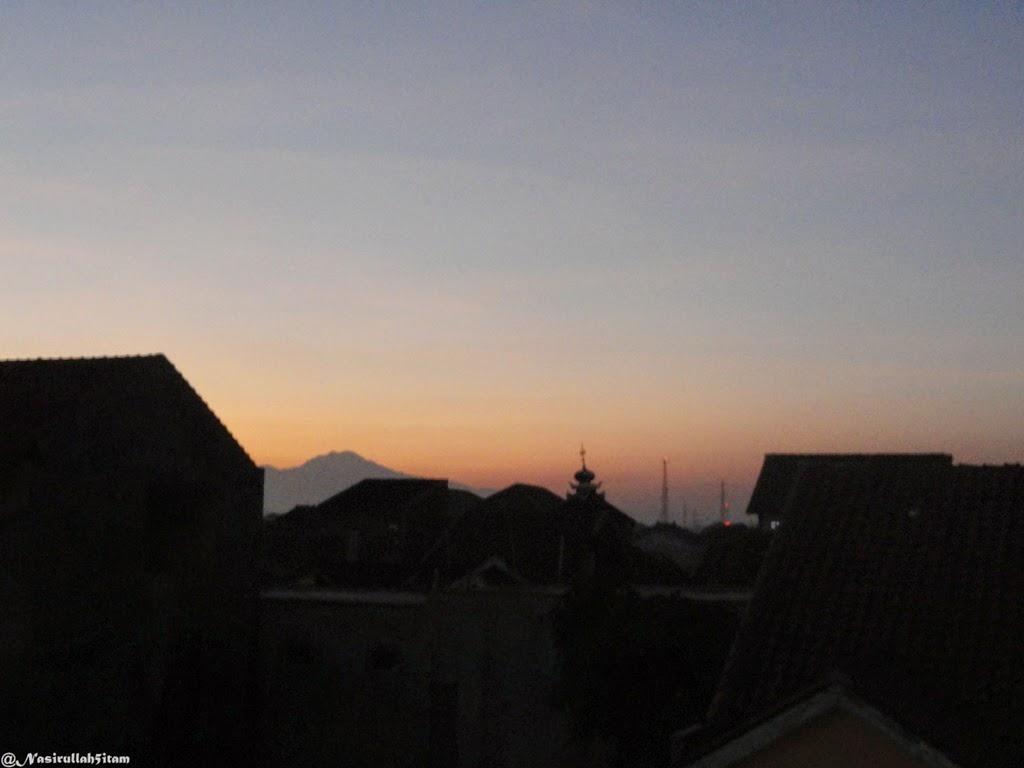 Pemandangan saat menjelang subuh di salah satu atap rumah di Jepara