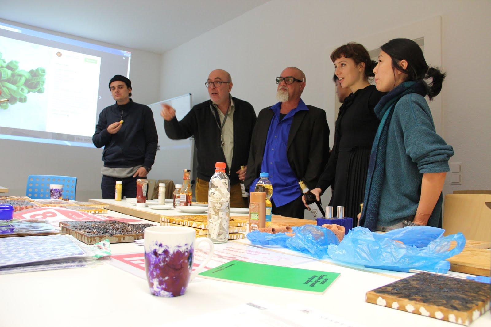 Torsten Haake- Brandt im Künstlervortrag am 24.10.2016  im Gespräch mit Kunststudenten