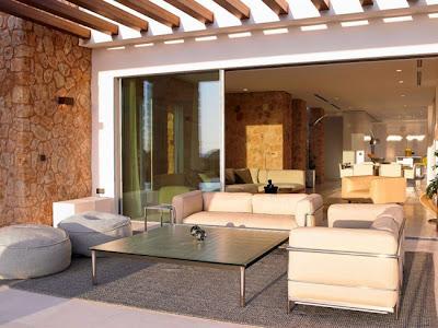 Casas minimalistas y modernas casa minimalista en ibiza for Casa minimalista vidriada