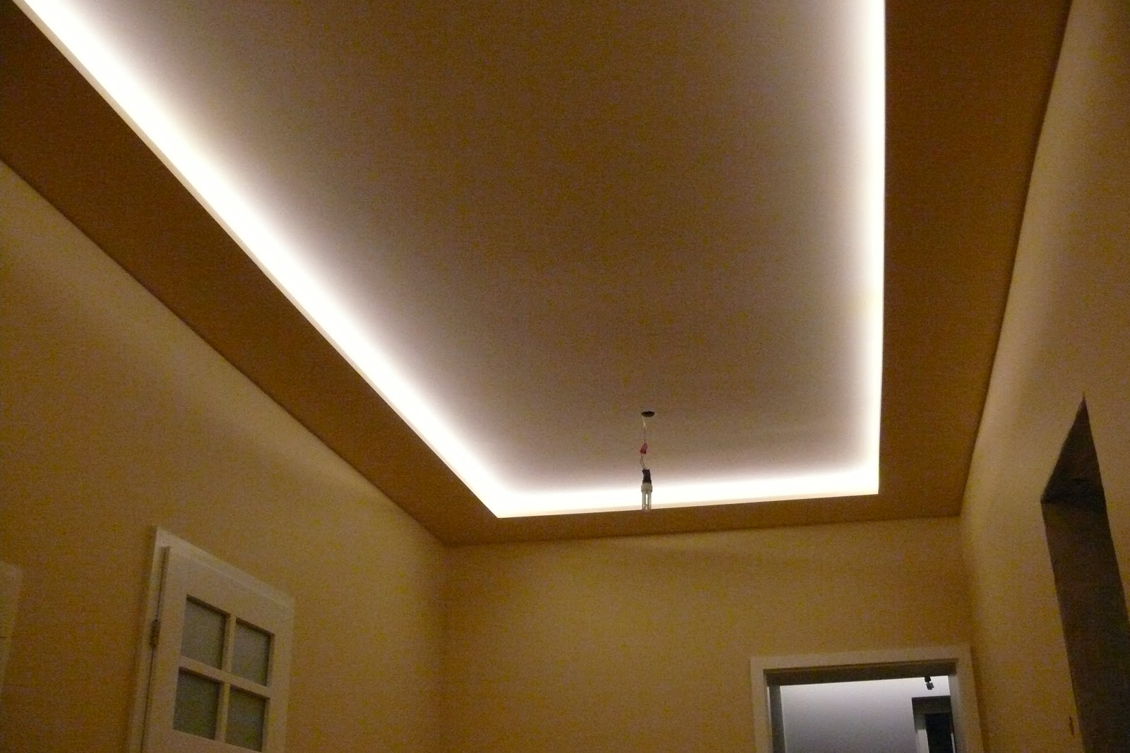 Zabudowa sufitu karton-gipsem oraz podświetlanie sufitu listwa ledową