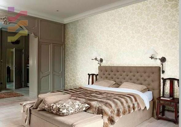 aranżacja sypialni z tapetą za łóżkiem