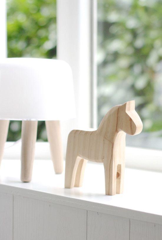 La fabrique d co d co su doise le cheval en bois de dal carlie for Maison en bois scandinave