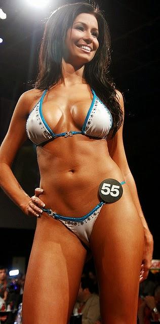 Camel toe: el arte de marcar la linea , chicas con cuerpos irresistibles con algo que se les marca en común .Chicas sexys 1x2.