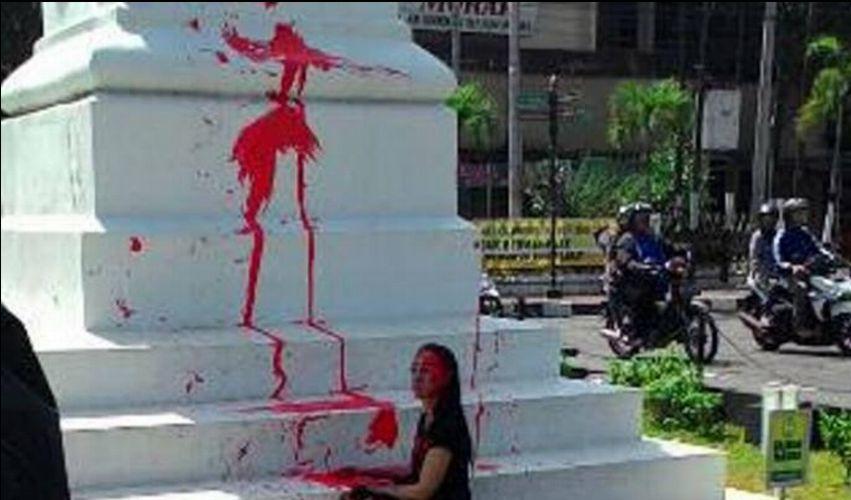 Ra Waras, Bule Ini Lakukan Vandalisme di Tugu Putih Jogja