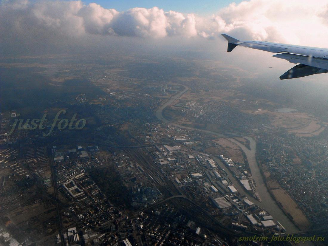 Под крылом самолета города
