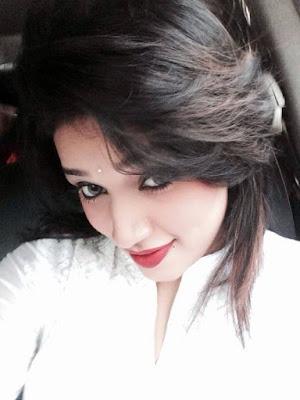 Falguni Rahmah Jolly take a Selfie