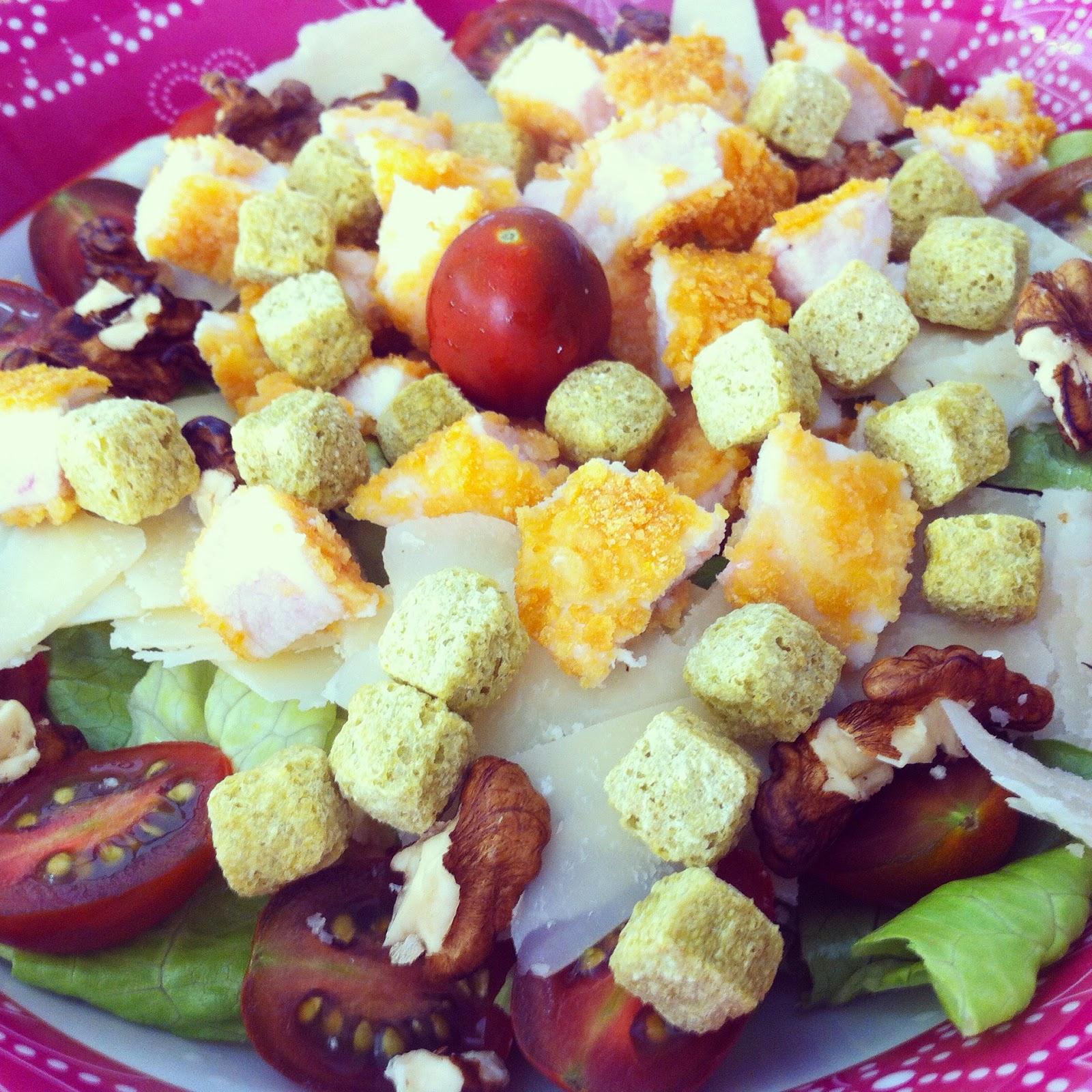 Ensalada de pollo crujiente sin gluten, añadiendo pollo y picatostes.