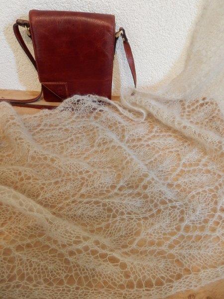 TE KOOP shawl met ietsje gouddraad.